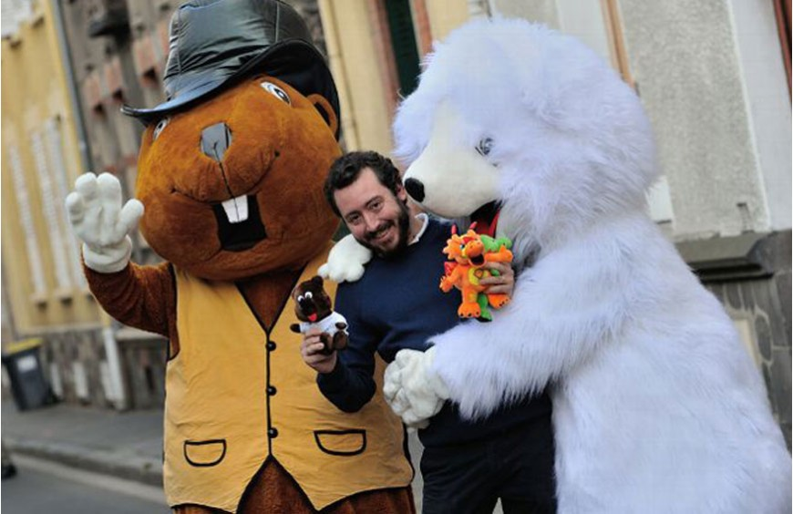 The giant mascots of this young entrepreneur go around the world